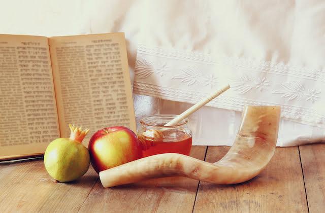 Traditional Rosh Hashanah food and shofar (myjewishlearning)