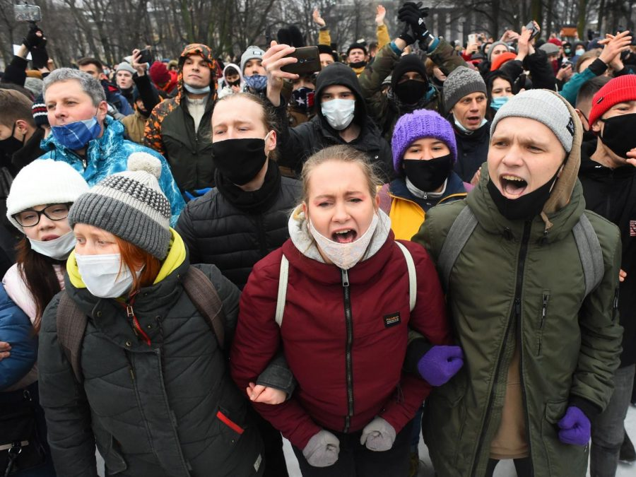 People+Gather+in+St.+Petersburg+following+Navalny%27s+detainment.