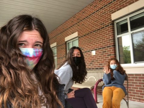 Juniors Delaney Coppola, Mila Ranocha and Cara Chiappinelli enjoy lunch outside even during the rain. As the new schedule changes more students will partake in eating lunch outside.